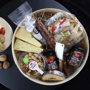 Präsentkorb-Snacks-und-Käse